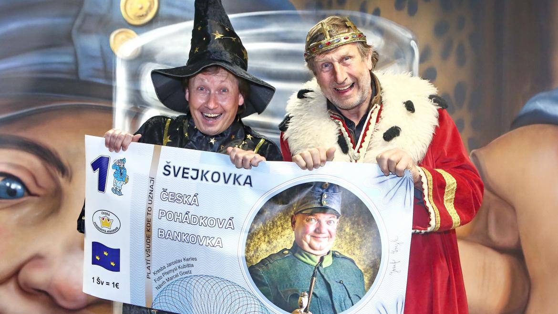 Václav Vydra vydal svoji bankovku. Má jich plný trezor